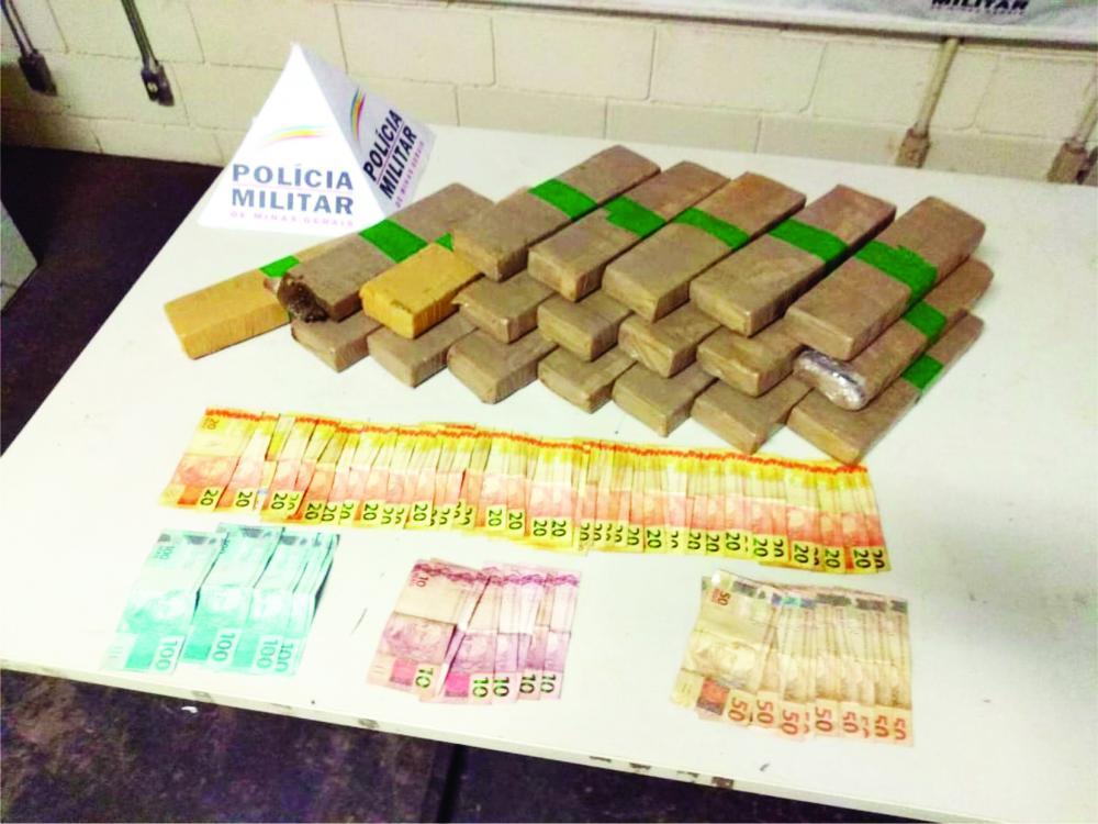 Mais de R$ 2 mil foram encontrados com traficante, após abordagem policial - Foto: Divulgação