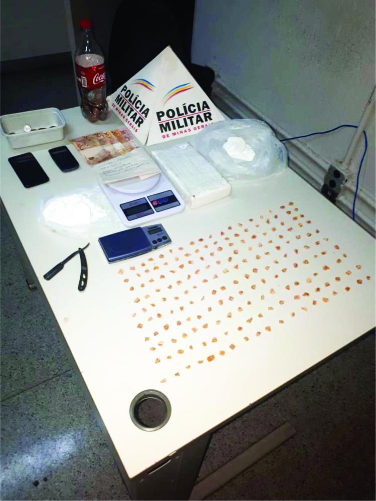 Além da droga, os policiais militares encontraram balança de precisão e dinheiro - Foto: Divulgação