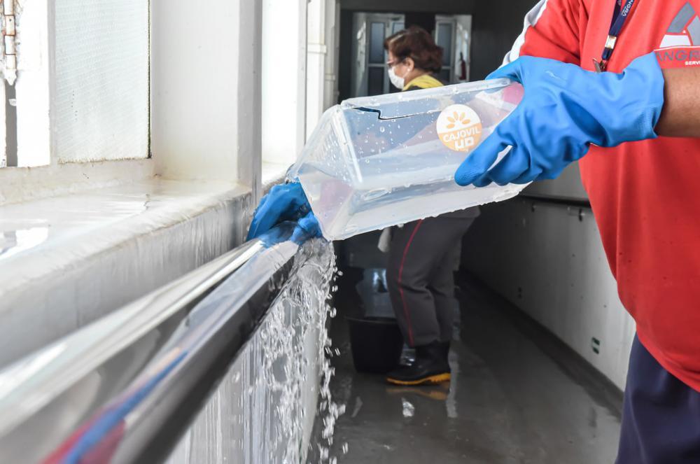 A limpeza está sendo realizada com produtos adequados e todos os equipamentos de proteção necessários para a equipe - Foto: André Santos/PMU