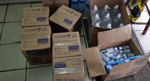 Álcool em gel foi apreendido pela Polícia Civil em loja na região central de Uberlândia