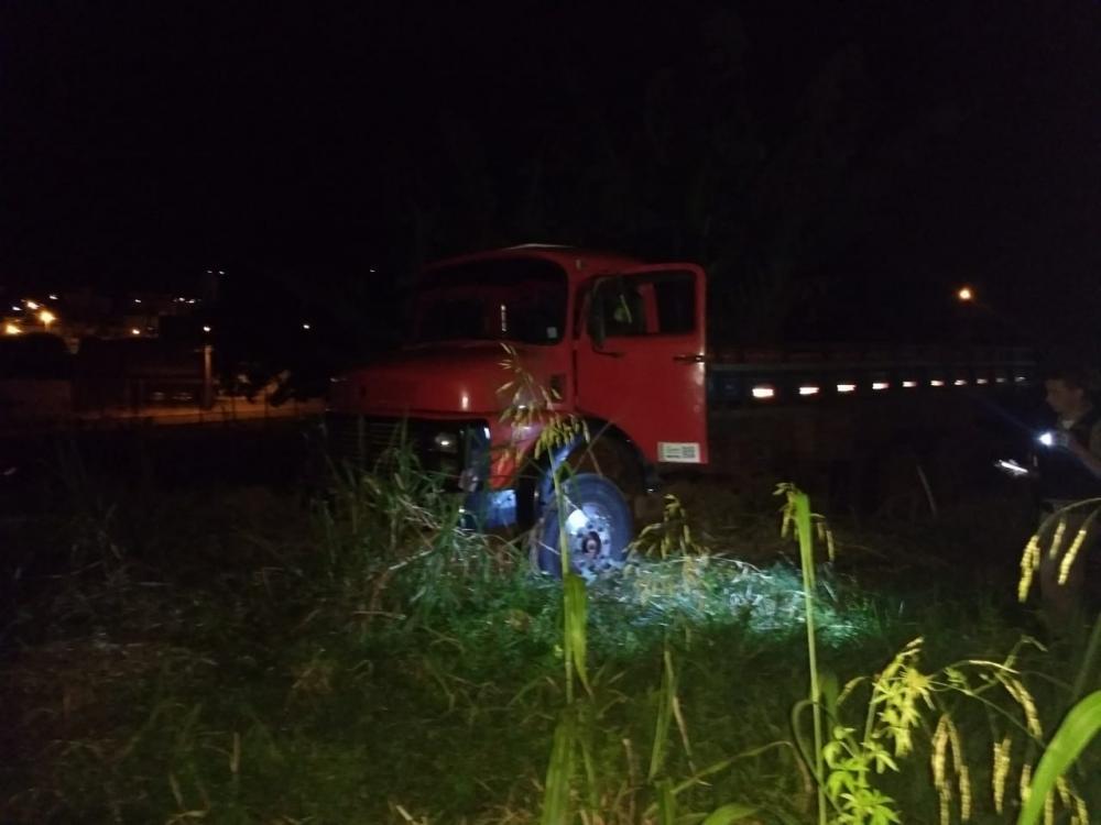 Caminhão que transportava gado roubado ficou atolado na região do Rio do Peixe