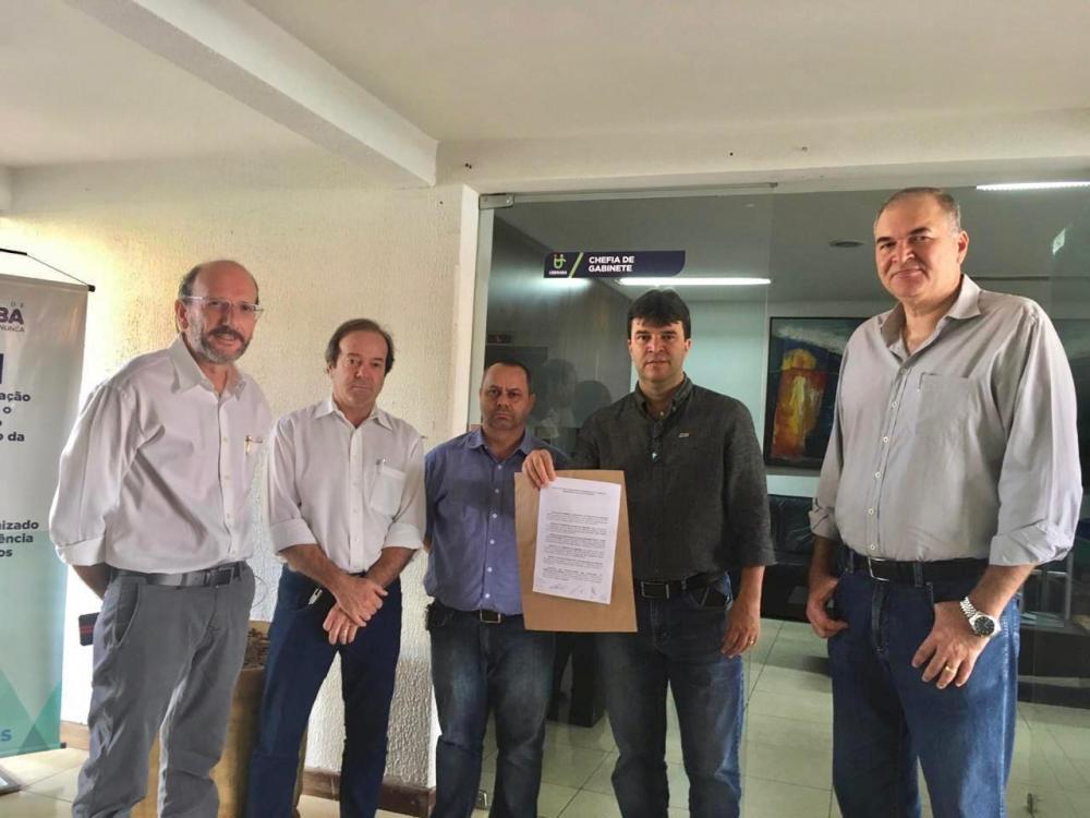 Aciu, CDL, Fiemg, Sindicomércio, Sindcont e o Sindicato dos Trabalhadores nas Indústrias da Alimentação de Uberaba protocolam documento na PMU - Foto: Divulgação/Aciu