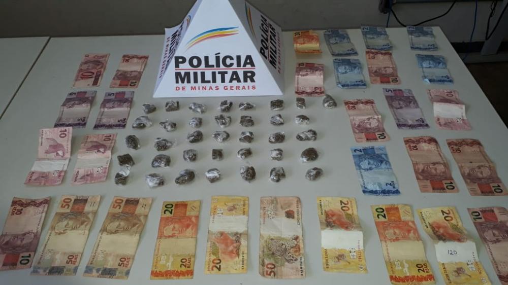 Além das buchas de maconha, a PM ainda encontrou com suspeitos mais de R$ 400, em dinheiro