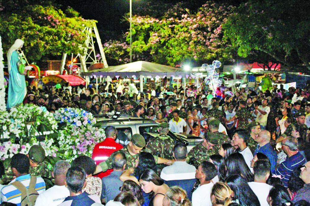 Milhares de fiéis acompanham a coroação de Nossa Senhora da Abadia