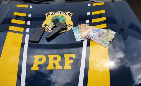 Dinheiro e celular da vítima foram recuperados e replicar de arma apreendida - Foto: Polícia Rodoviária Federal