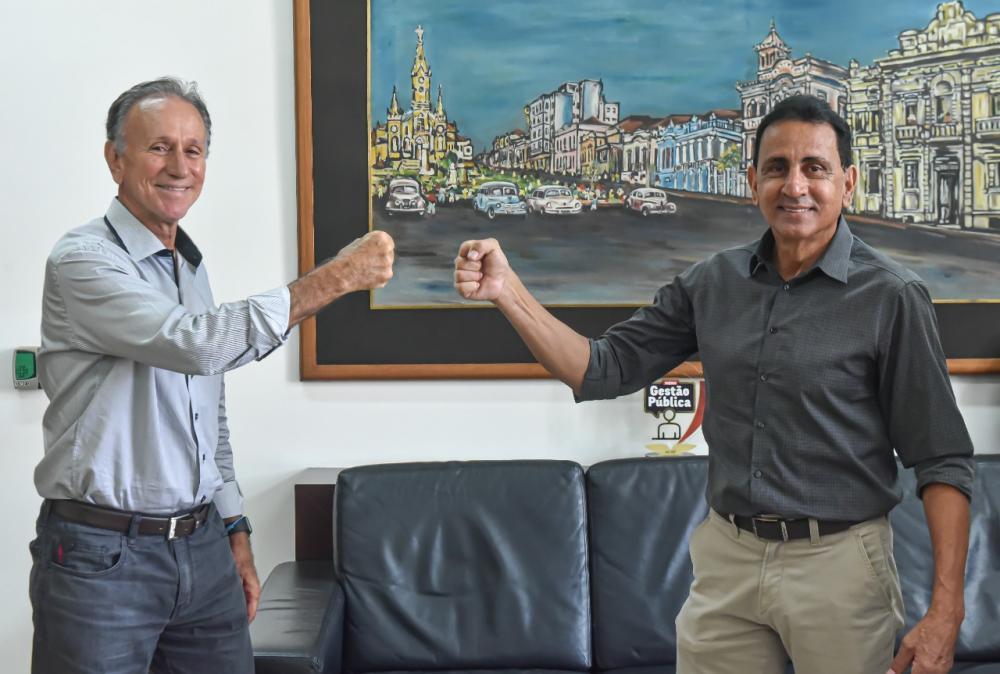 O secretário de Governo vereador Luiz Humberto Dutra efetuou a prestação de contas ao prefeito Paulo Piau - FOTO: Divulgação