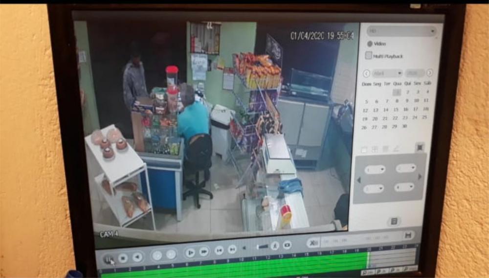 Um comerciante e uma funcionária viveram momentos de terror durante roubo à mão armada - Foto/Reprodução: Juliano Carlos