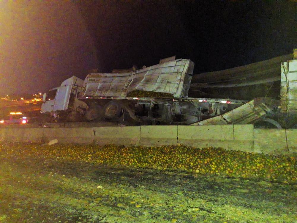 Carreta ficou danificada após o acidente perto do bairro Alfredo Freire