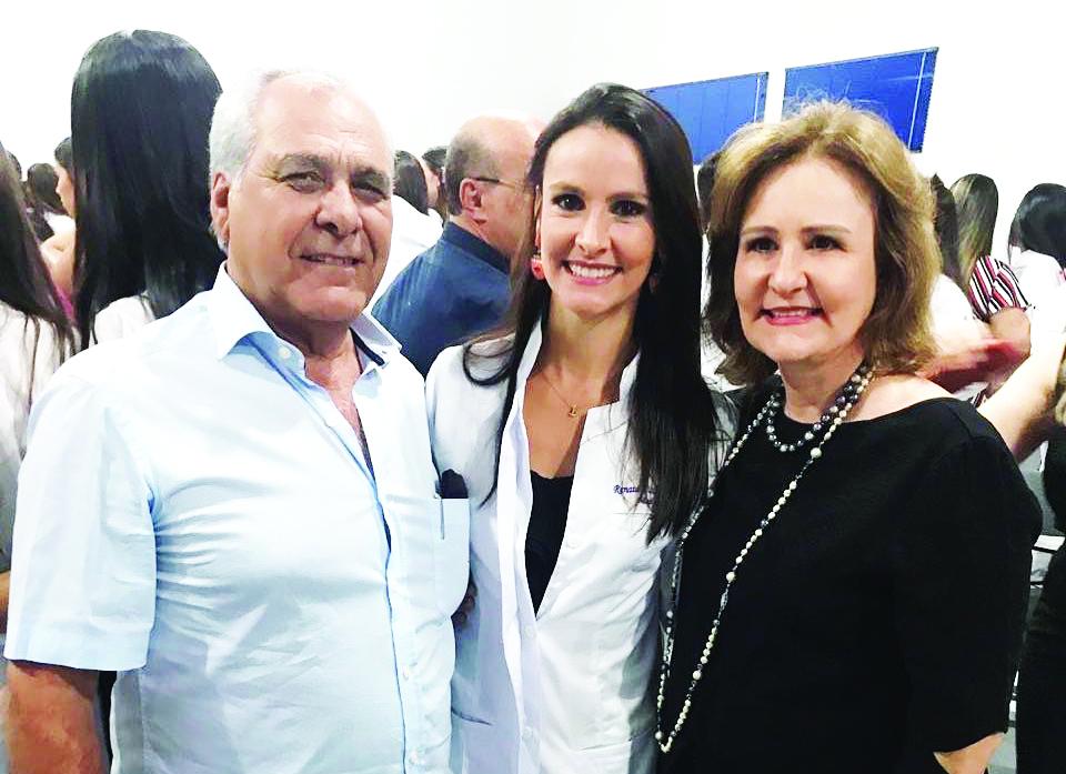 A talentosa Maria Esther Cicci Cunha Castro, homenageada de ontem pelo aniversário, na foto com o marido Antônio Cunha castro Neto e a filha, a futura médica, Renata Cicci Cunha Castro