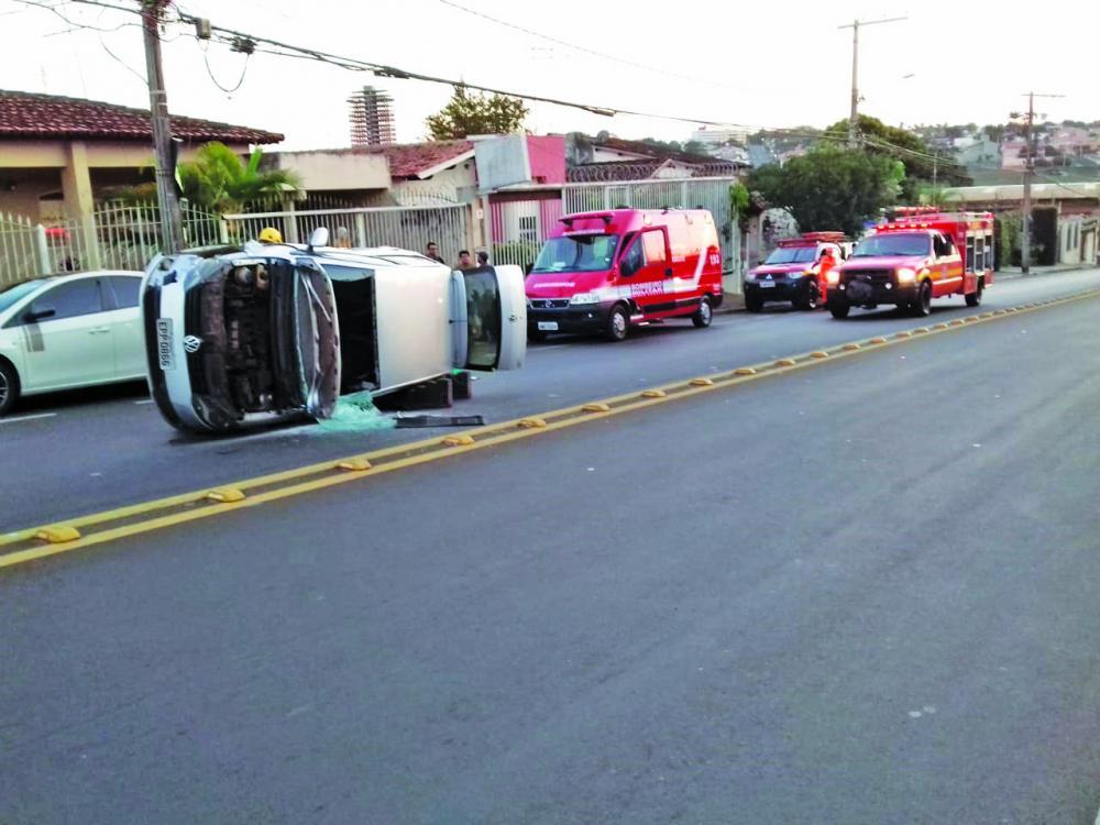 Carro ficou danificado após o acidente