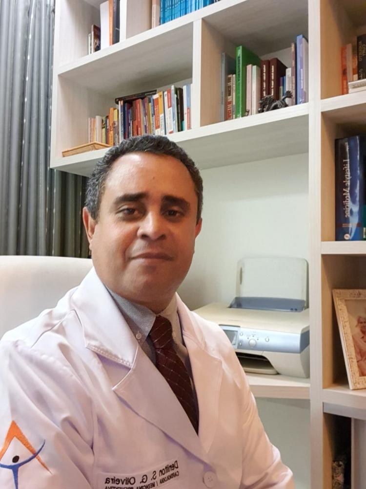 Estudos internacionais apontam que vírus pode sobreviver até três dias em determinadas superfícies, como o plástico, lembra o médico Denilton da Silva Oliveira - Foto: Divulgação