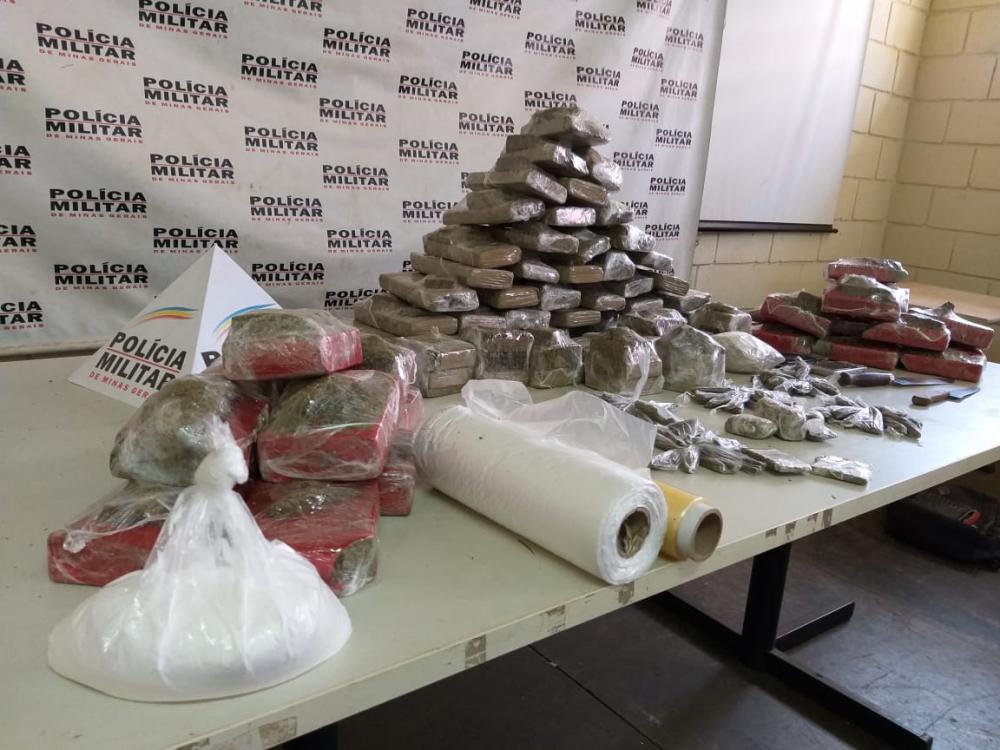 Dezenas de tabletes de maconha foram aprendidos com o acusado - Foto: Juliano Carlos