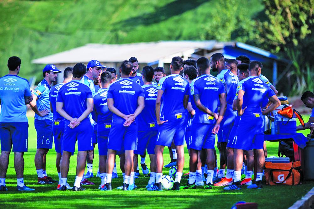 Elenco do Cruzeiro reunido com Rogério Ceni em campo