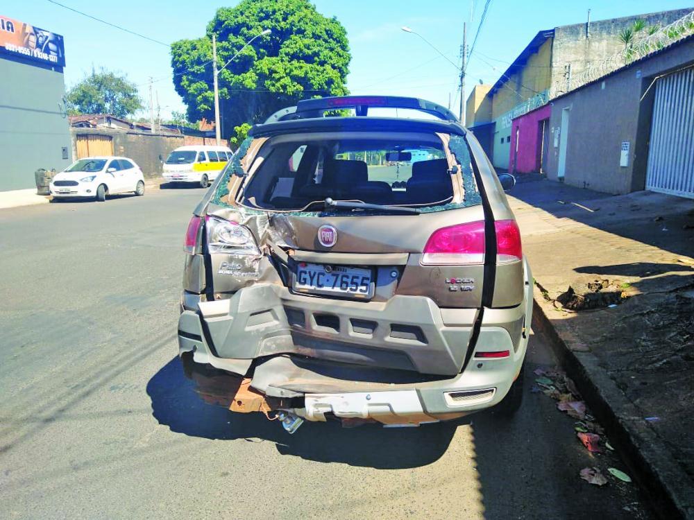 Veículo ficou bastante danificado após a batida