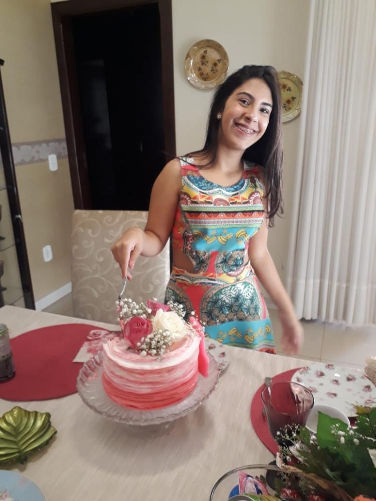 Uma menina linda em todos os sentidos: íntegra, inteligente, amorosa. Amanda Dantas Rodrigues da Cunha, que completou 15 anos no dia 19 de abril e nesses tempos de quarentena comemorou em casa, recebendo carinho especial de seus pais, Carlos Tasso Rodrig