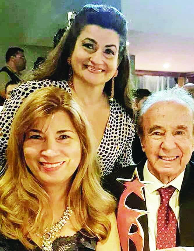 O empresário Silvinho R. da Cunha, diretor dos Hotéis Tamareiras, homenageado de ontem pelo aniversário, com suas queridas sobrinhas e parceiras, Denise e Bia Cunha Tahan