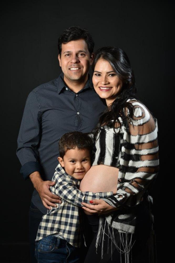 A linda gestante Ana Ma Suss, seu esposo João Filipe e o filho deles, Caleb, esperam por Joana para junho.