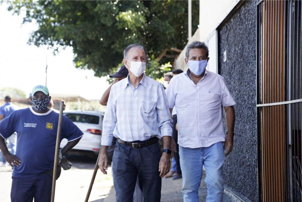 O prefeito Paulo Piau (MDB) e o Secretário de Serviços Urbanos, Toninho Oliveira, fiscalizando as obras - FOTO: Fernanda Borges/PMU