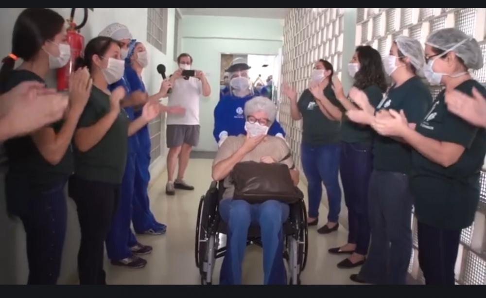 Cena da emocionante homenagem da equipe do Hospital São Domingos – Unimed Uberaba para paciente acometida pela Covid 19 que recebeu alta na terça-feira (28).